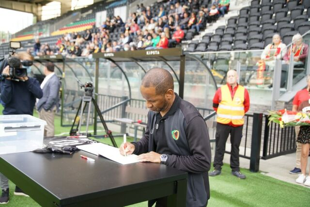 Yesterday about 250 people said goodbye to Franck Berrier in the Diaz Arena. Also a lot of ex-teammates, staff members and coaches were present.  The mourning register will remain in the fan shop until Sunday, after which it will be given to the family.  On Sunday against Zulte Waregem we plan a very last tribute for 'Le Petit Général'.   #RIPBerrier #Maestro #kvoostende